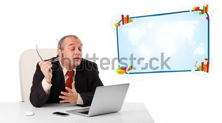 Foto d'archivio: Seduta · desk · guardando · laptop · copia · spazio · isolato