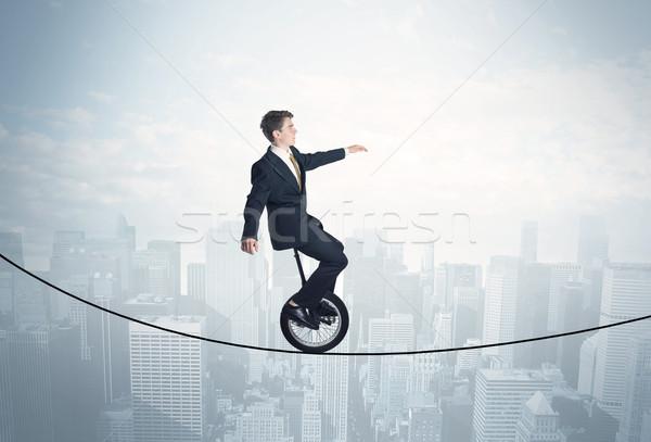 Coraggiosi ragazzo equitazione corda sopra cityscape Foto d'archivio © ra2studio