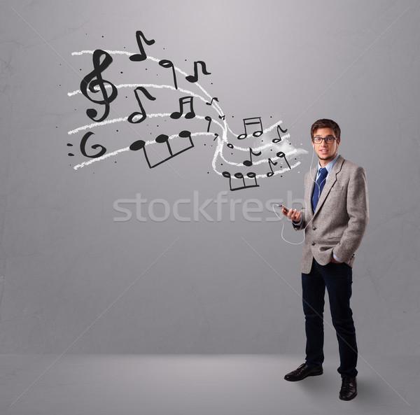 Guapo nino cantando escuchar música notas musicales fuera Foto stock © ra2studio