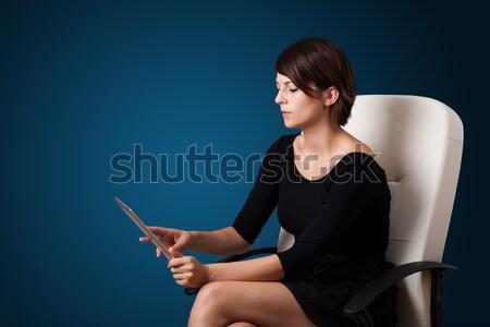 Stockfoto: Jonge · vrouw · naar · moderne · tablet · jonge · zakenvrouw