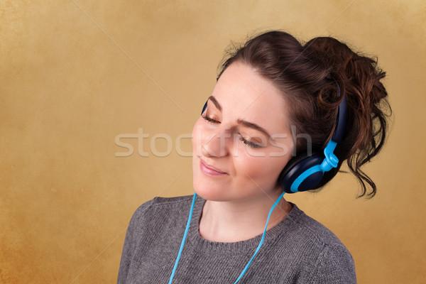 Fiatal nő fejhallgató zenét hallgat copy space csinos üres hely Stock fotó  © ra2studio d853c290ab