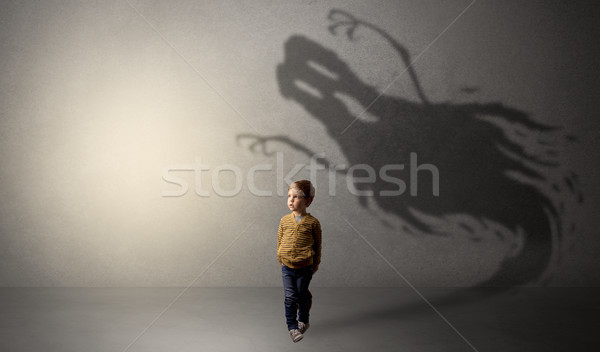 Scary fantasma ombra dietro kid buio Foto d'archivio © ra2studio