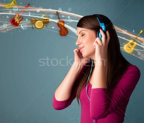 Jonge vrouw hoofdtelefoon luisteren naar muziek mooie vrouw muziek Stockfoto © ra2studio