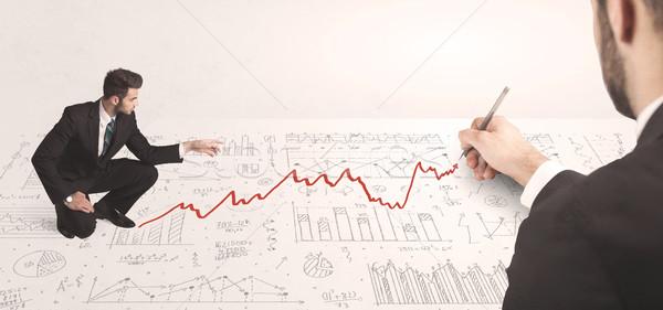 Foto stock: Homem · de · negócios · olhando · vermelho · seta · mão