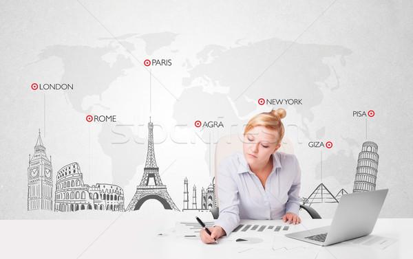Hermosa jóvenes mujer de negocios mapa del mundo mundo ciudad Foto stock © ra2studio
