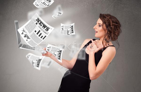 Przypadkowy młoda kobieta notebooka czytania wybuchowy nowego Zdjęcia stock © ra2studio
