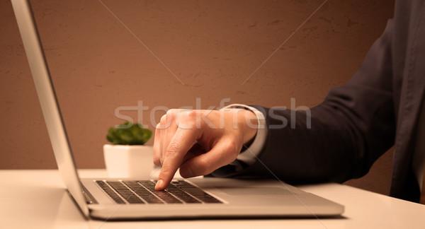 Empresário terno trabalhando laptop trabalhador de escritório elegante Foto stock © ra2studio