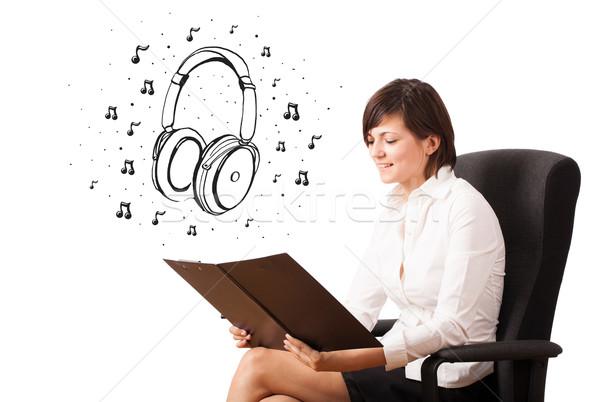 Foto stock: Jovem · fone · de · ouvido · notas · musicais · isolado · branco