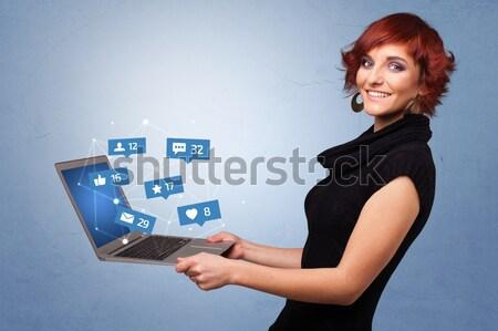 Stok fotoğraf: Genç · kadın · bakıyor · modern · tablet · alfabe · genç