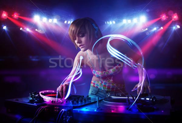Disc jockey meisje spelen muziek licht balk Stockfoto © ra2studio