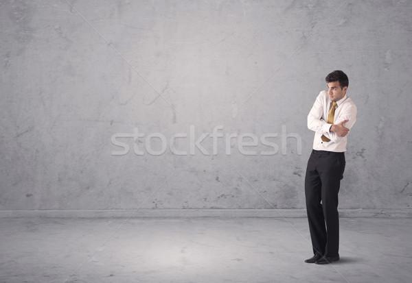 Jóvenes empresario pie confundirse sorprendido ventas Foto stock © ra2studio