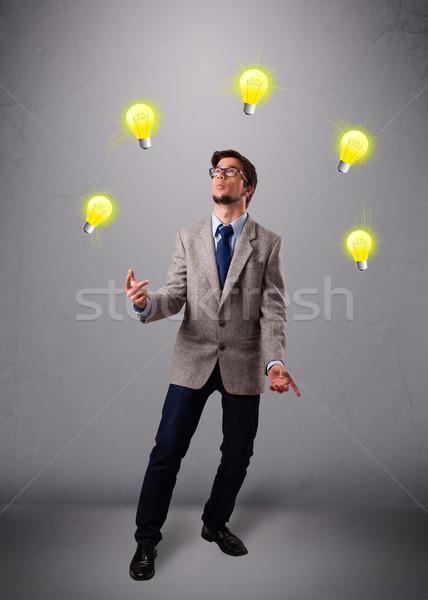 Jonge man permanente jongleren grappig hand Stockfoto © ra2studio