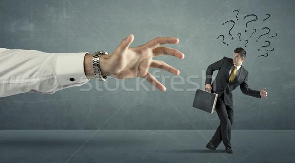 Zakenman vraagtekens lopen weg groot hand Stockfoto © ra2studio