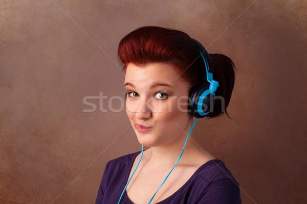 Mulher jovem fones de ouvido ouvir música cópia espaço bastante Foto stock © ra2studio