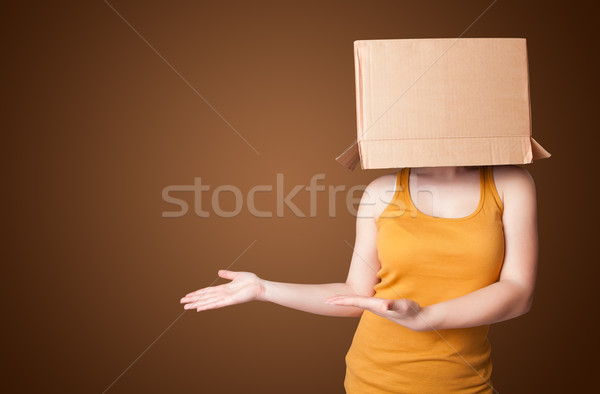 Joven caja de cartón cabeza pie mujer Foto stock © ra2studio