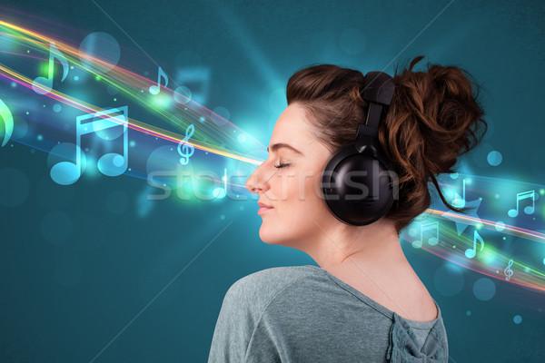 Młoda kobieta słuchanie muzyki słuchawki dość zauważa Zdjęcia stock © ra2studio