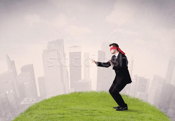 Geblinddoekt zakenman jonge stappen gras Stockfoto © ra2studio
