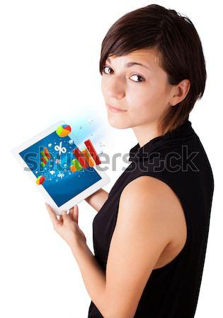 Stok fotoğraf: Genç · kadın · bakıyor · modern · tablet · renkli · diyagramları
