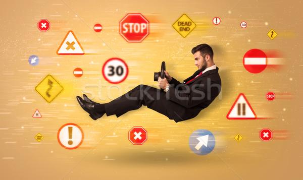Stockfoto: Jonge · bestuurder · verkeersborden · rond · hemel · achtergrond
