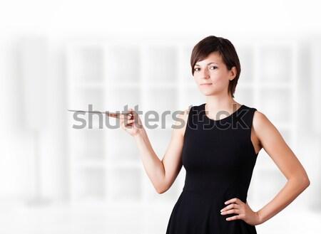 Stok fotoğraf: Genç · kadın · bakıyor · modern · tablet · genç · iş · kadını