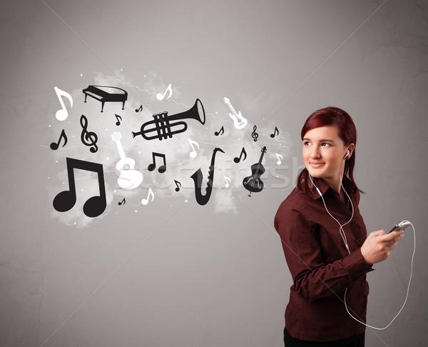 Gyönyörű fiatal nő énekel zenét hallgat hangjegyek ki Stock fotó © ra2studio