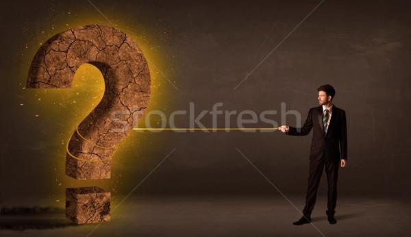 Homme d'affaires grand solide interrogation pierre Photo stock © ra2studio