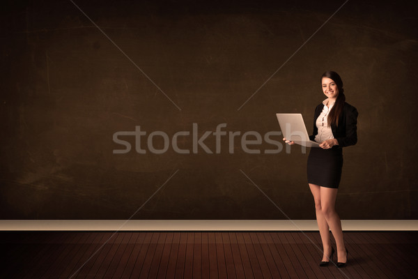 Stock fotó: üzletasszony · tart · magas · tech · laptop · barna