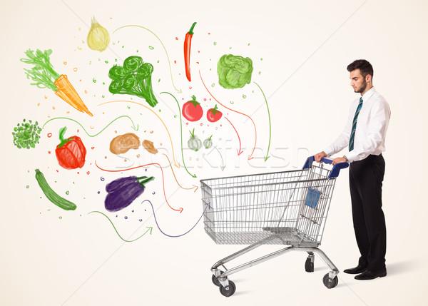Zakenman winkelwagen groenten voortvarend gezonde uit Stockfoto © ra2studio
