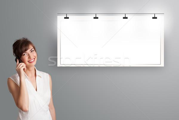 Mooie jonge vrouw permanente moderne exemplaar ruimte Stockfoto © ra2studio