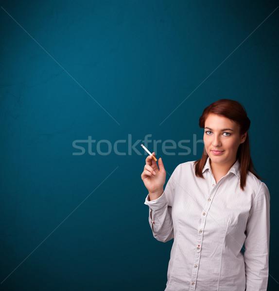 Foto stock: Bela · mulher · fumador · cigarro · cópia · espaço · belo · mulher · jovem