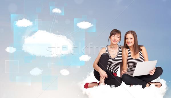 Heureux filles regarder modernes réseau cloud jeunes Photo stock © ra2studio