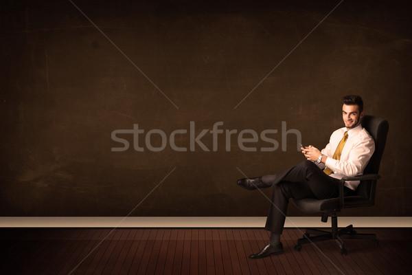 Stock fotó: üzletember · tart · magas · tech · tabletta · barna