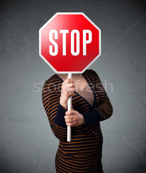 ストックフォト: 若い女性 · 一時停止の標識 · 小さな · 女性 · 立って
