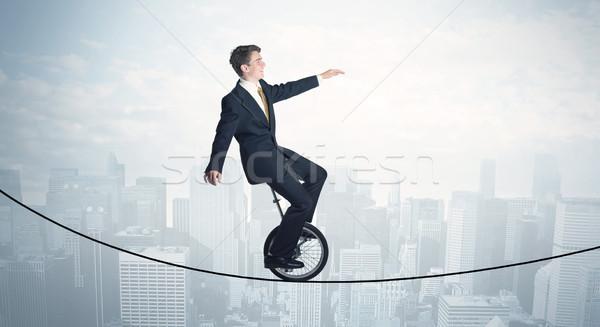 Corajoso cara equitação corda acima cityscape Foto stock © ra2studio