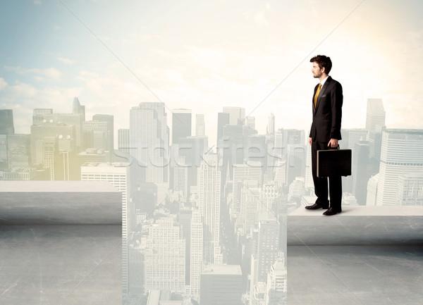 Biznesmen stałego krawędź miasta działalności Zdjęcia stock © ra2studio