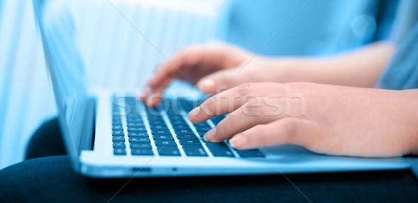 Közelkép gépel kezek női üzlet kéz Stock fotó © ra2studio