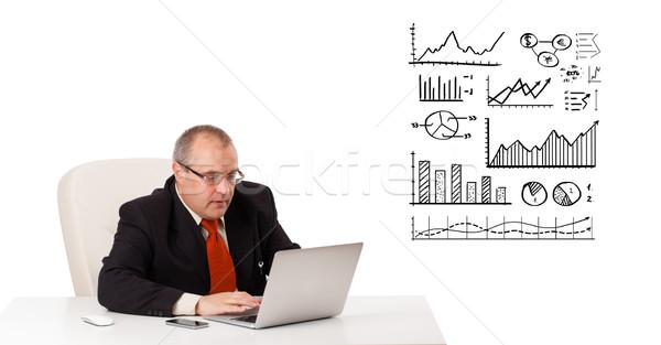 Foto stock: Empresário · sessão · secretária · diagramas · laptop · isolado