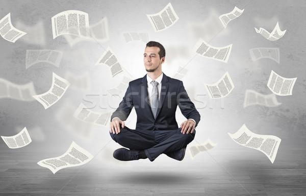 Zakenman mediteren vliegen papier jonge documenten Stockfoto © ra2studio