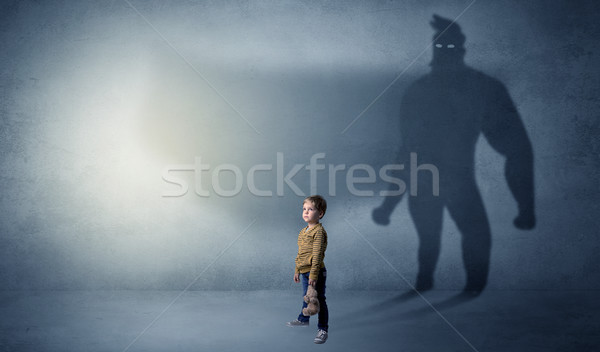Cute kid held schaduw achter kamer Stockfoto © ra2studio