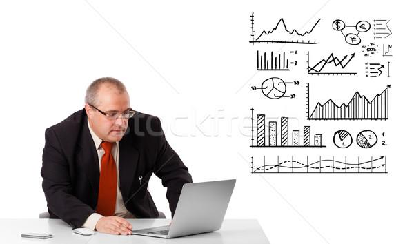 Foto d'archivio: Imprenditore · seduta · desk · diagrammi · laptop · isolato