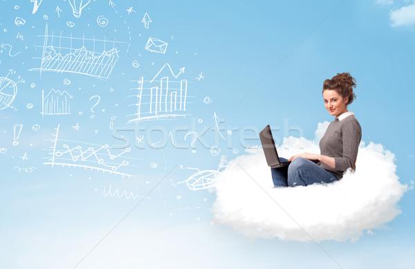 Stock fotó: Fiatal · nő · ül · felhő · laptop · csinos · táblázatok