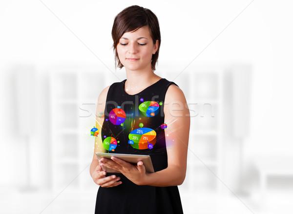 ストックフォト: 若い女性 · 見える · 現代 · タブレット · パイ · チャート