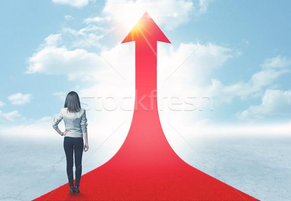 Empresária em pé vermelho seta estrada sucesso Foto stock © ra2studio