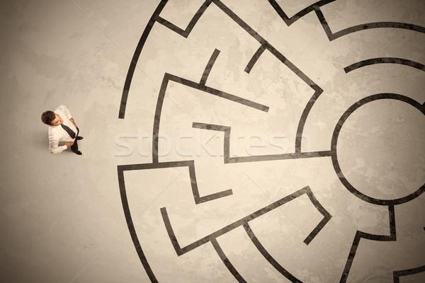 Perdido homem de negócios olhando maneira labirinto Foto stock © ra2studio