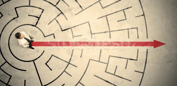 üzletember áll körkörös labirintus piros nyíl Stock fotó © ra2studio