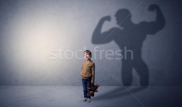 Cień za mały chłopca pustym pokoju edukacji Zdjęcia stock © ra2studio