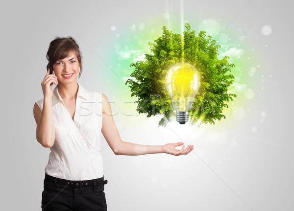 Zdjęcia stock: Młoda · dziewczyna · pomysł · żarówka · drzewo