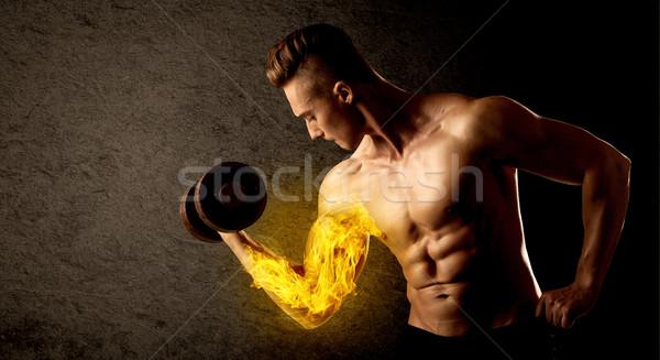 Muskuläre Bodybuilder Heben Gewicht flammenden Bizeps Stock foto © ra2studio