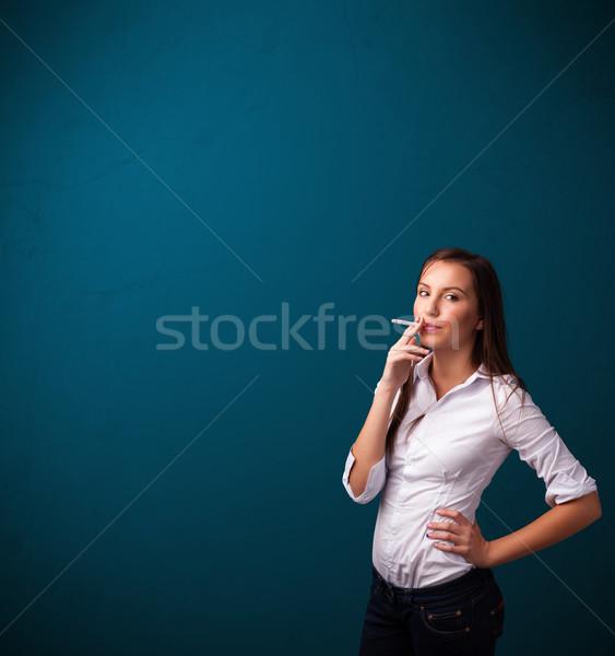 Stok fotoğraf: Güzel · bir · kadın · sigara · içme · sigara · bo · güzel · genç · kadın