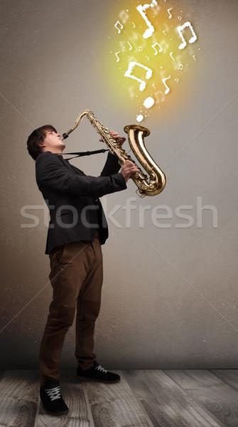 Knap muzikant spelen saxofoon muziek merkt jonge Stockfoto © ra2studio